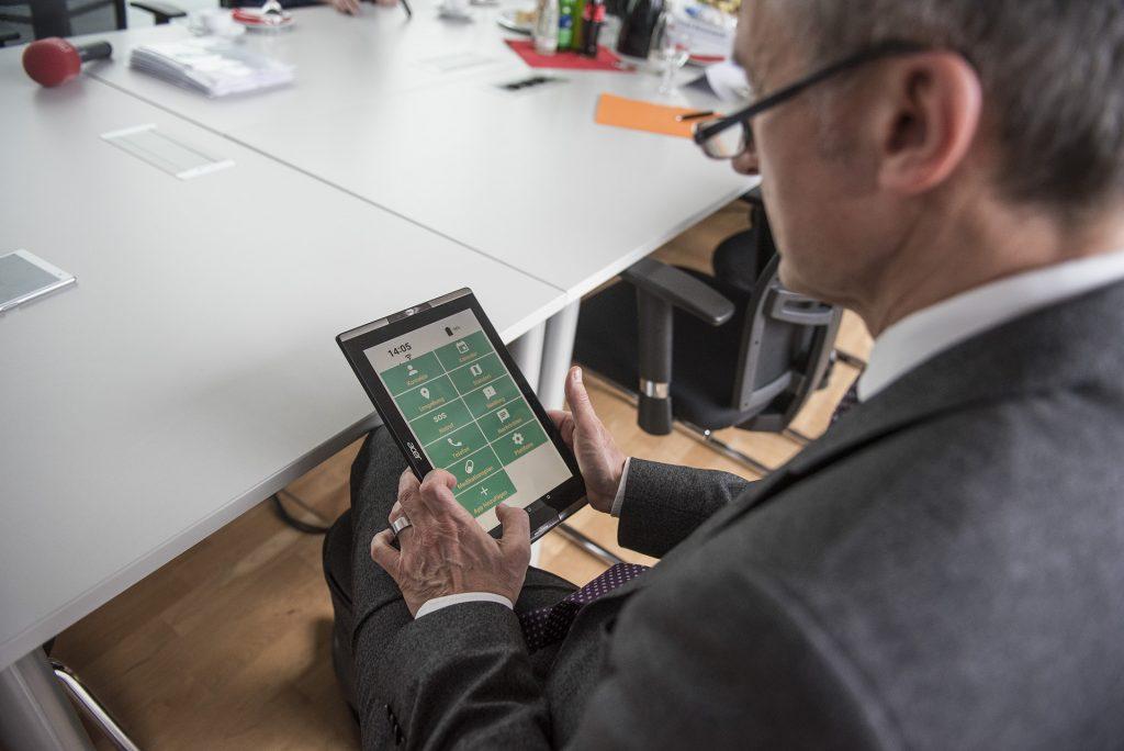 Der erste Tester der Stadt: OB Frank Baranowski verschaffte sich einen Eindruck der neuen Handy-App.